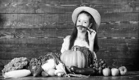 Traditioneller Bauernhofmarkt Kind feiern das Ernten M?dchenkinderbauernhofmarkt mit Fallernte Kinderlandwirt mit Ernte stockbilder