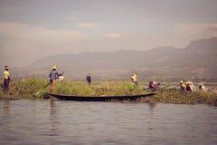 Traditioneller birmanischer Fischer am Inle See, Myanmar berühmt für ihre unterscheidende mit Beinen versehene rudernde Art stockfotos