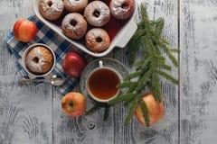 Traditioneller Bratapfel auf einem Holztisch, mit Apfel und Pulver lizenzfreies stockbild