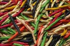 Traditioneller bunter Italiener trocknete selbst gemachtes Teigwaren fusilli mit e Lizenzfreie Stockfotografie