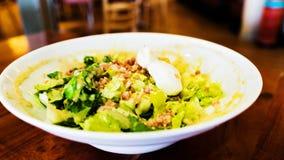 Traditioneller cesar Salat mit gekochten Eiern Stockfotografie