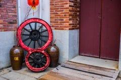 Traditioneller Chinese, der Front Door mit Dekoration errichtet Lizenzfreie Stockbilder