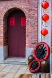 Traditioneller Chinese, der Front Door mit Dekoration errichtet Stockbild