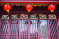 Traditioneller Chinese-Gebäude-Türen mit Laternen Stockbilder