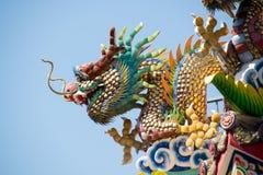 Traditioneller Chinese-keramische Dracheskulptur auf Dach-Schrein Stockbilder