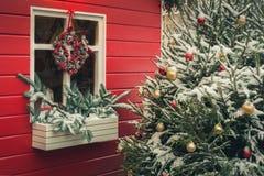 Traditioneller dekorativer roter Kiosk für Werkstatt und handgemachte Geschenke der Verkäufe Weihnachts Weihnachtsdekor Verzierte lizenzfreie stockbilder