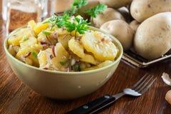Traditioneller deutscher Kartoffelsalat lizenzfreie stockbilder