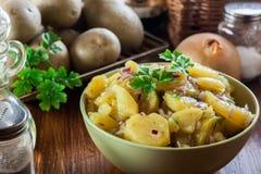 Traditioneller deutscher Kartoffelsalat lizenzfreie stockfotografie