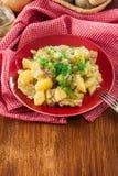 Traditioneller deutscher Kartoffelsalat stockfotos