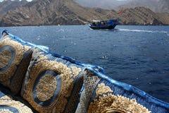 Traditioneller Dhowreiseflug im Oman-Wasser Stockfotos