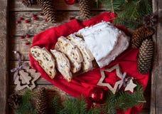 Traditioneller Dresdner German Christmas-Kuchen Stollen mit dem Anheben, den Beeren und den Nüssen Feiertagsweihnachtsdekoratione Stockfotografie