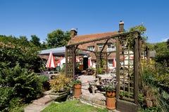 Traditioneller englischer Pubgarten stockfotos