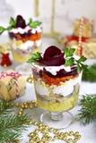 Traditioneller festlicher russischer Heringsalat in einem Glas Stockfotos
