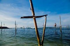 Traditioneller Fischer Sri Lankan auf Stock im Indischen Ozean Lizenzfreies Stockbild