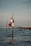 Traditioneller Fischer Sri Lankan auf Stock im Indischen Ozean Stockfoto