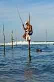 Traditioneller Fischer Sri Lankan auf Stock im Indischen Ozean Stockfotos