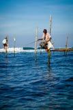 Traditioneller Fischer Sri Lankan auf Stock im Indischen Ozean Lizenzfreies Stockfoto