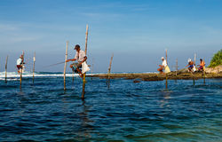 Traditioneller Fischer Sri Lankan auf Stock im Indischen Ozean Lizenzfreie Stockfotografie