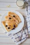 Traditioneller Frühstücksteller mit Serviette und Milch Stockfotografie