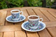 Traditioneller frischer türkischer Kaffee auf Holztisch Stockfotos