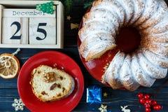 Traditioneller Fruchtkuchen für Weihnachten verziert mit Puderzucker und Nüssen, Rosinen Delicioius selbst gemacht lizenzfreie stockfotografie