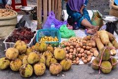 Traditioneller Fruchtmarkt in Kotabaru Indonesien lizenzfreies stockfoto