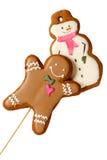 Traditioneller gefrorener Lebkuchen-Weihnachtsplätzchen-Mann mit den Schneemännern lokalisiert Stockfotos