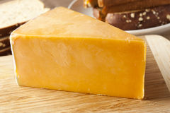 Traditioneller gelber Cheddar-Käse Stockfotos