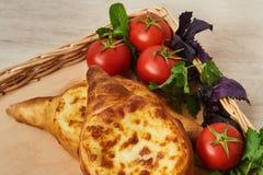 Traditioneller georgischer Teller des Käse-gefüllten Brotes Lizenzfreies Stockbild