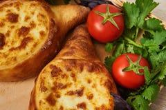 Traditioneller georgischer Teller des Käse-gefüllten Brotes Stockbilder
