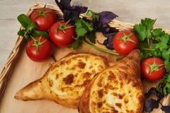 Traditioneller georgischer Teller des Käse-gefüllten Brotes Lizenzfreies Stockfoto
