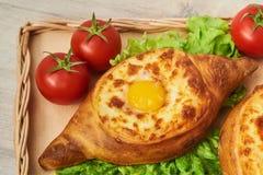 Traditioneller georgischer Teller des Käse-gefüllten Brotes Lizenzfreie Stockbilder