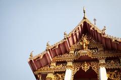 Traditioneller goldener thailändischer buddhistischer Tempel mit Gottskulpturen und geschnitzten Verzierungen Lizenzfreie Stockbilder