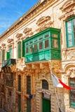 Traditioneller grüner Balkon auf alter Stadt St. George Square Valletta Lizenzfreies Stockbild