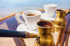 Traditioneller griechischer Kaffee gebraut im Kaffeetopf lizenzfreies stockfoto