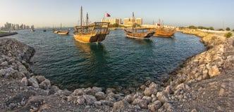 Traditioneller hölzerner Boote Dhow in Katar stockbilder