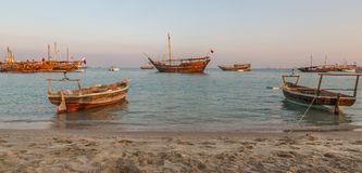 Traditioneller hölzerner Boote Katara-Strand Katars Dhow stockfotos