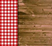 Traditioneller hölzerner Hintergrund mit roter weißer Tischdecke Stockfoto