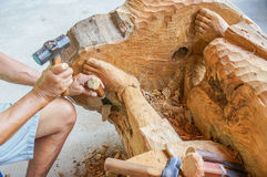 Traditioneller Handwerker, der Teakholzholz schnitzt Lizenzfreie Stockfotografie