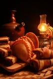 Traditioneller indonesischer Snack mit antiker Lampe Stockfotografie