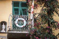Traditioneller italienischer Balkon verziert mit Rettungskreis Stockfoto