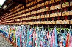 Traditioneller Japaner tausend Origami Kräne und O-mikuji Stockbilder