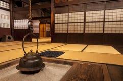 Traditioneller japanischer Hauptinnenraum mit hängendem Teetopf Stockbilder