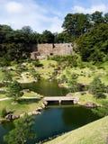 Traditioneller japanischer Landschaftsgarten aufgrund Kanazawa-Schlosses lizenzfreie stockfotografie