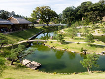 Traditioneller japanischer Landschaftsgarten aufgrund Kanazawa-Schlosses lizenzfreies stockfoto