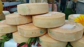 Traditioneller Käse im Markt Slowenien lizenzfreie stockfotos