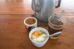 Traditioneller Kaffee und Ei Thailands, auf dem Tisch gedient mit heißem Tee lizenzfreies stockfoto