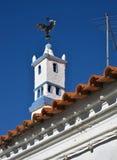 Traditioneller Kamin in Form des Torre von Belem auf einem Hausdach lizenzfreie stockfotografie