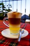 Traditioneller kanarischer Kaffee Barraquito mit den getrennten Schichten Milch kondensiert und Alkohol auf der Terrasse des Café stockfotografie