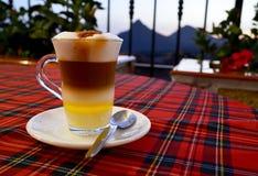 Traditioneller kanarischer Kaffee Barraquito mit den getrennten Schichten Milch kondensiert und Alkohol auf der Terrasse des Café lizenzfreies stockbild